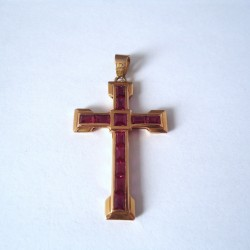 CROIX EN OR 18K, RUBIS DE SYNTHESE.