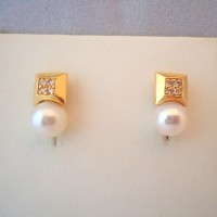 PAIRE DE CLOUS D'OREILLES PERLE DE CULTURE ET DIAMANTS EN OR 18K